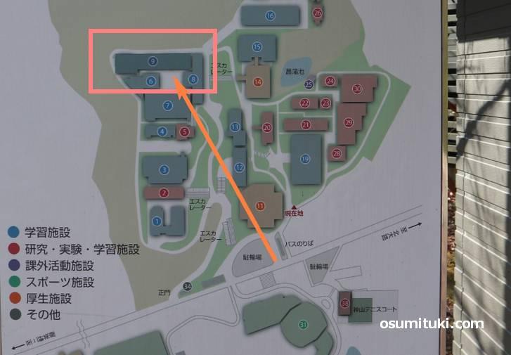 大学内の一番左奥の建物が真理館です