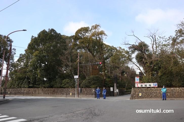 50メートル北の金閣寺参道ではほぼ降ってません(2020年2月6日10時撮影)