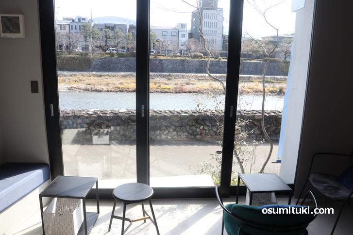 木漏れ日の中で鴨川を見ながらのカフェ
