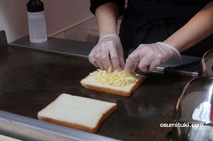 鉄板でトーストを焼いて作ります(チーズサンドイッチ)
