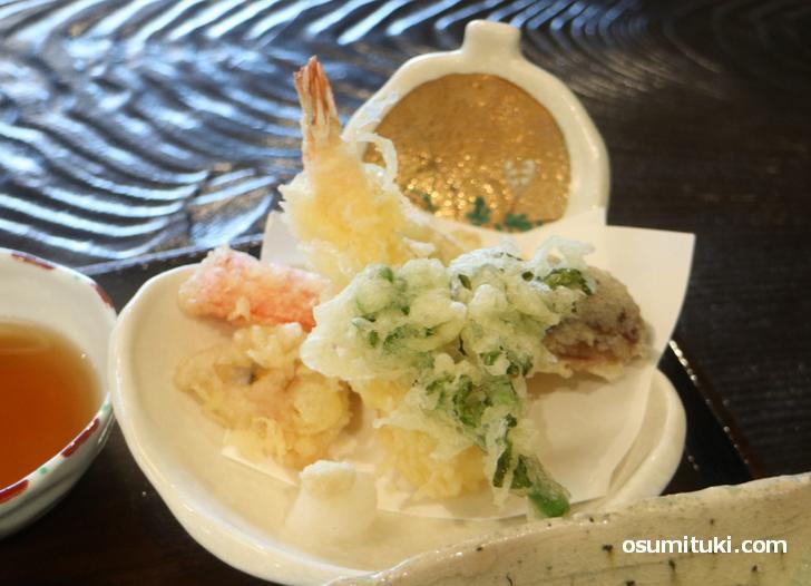 海老と山菜の天ぷらもサクサクとして素晴らしい味わいです