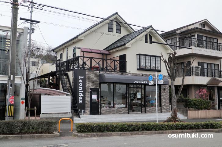 レオニダス 京田辺花住坂店は松井山手駅から徒歩10分くらいの場所です