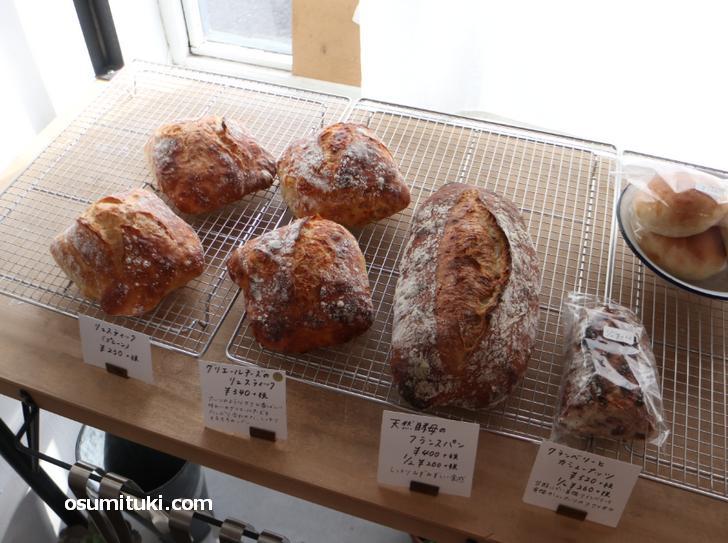 パンはハード系の田舎風パンです