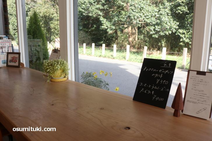 神社の森を目の前に見ながらカフェすることができます