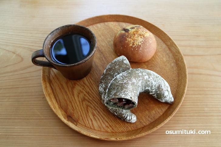 ひよこ豆のカレーパン(220円)とよもぎ大納言(260円)