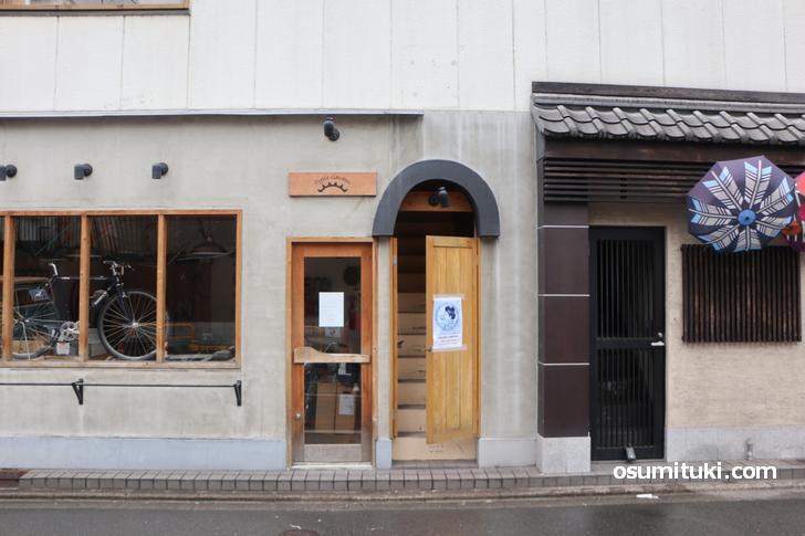 舞妓珈琲 は御幸町通六角下ル西側の自転車屋の建物2階にあります