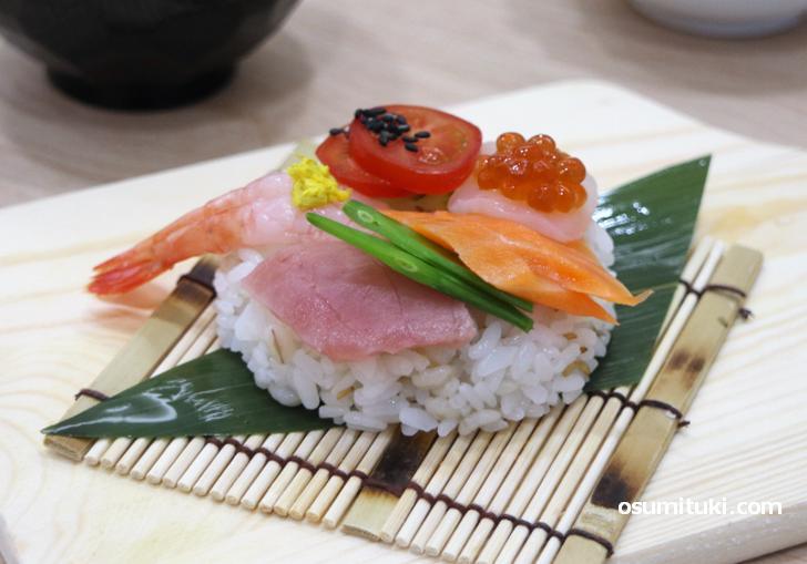 ネタは9種類、ドーナツ型のシャリの上に並んでいるのがドーナツ寿司