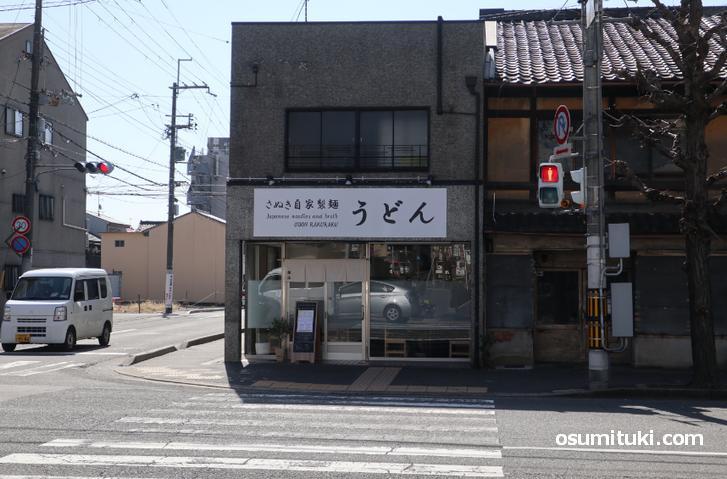 さぬき自家製麺 うどん楽洛 は丸太町七本松の南西角です