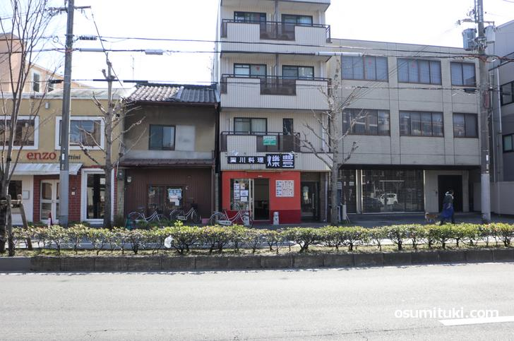 今出川通の京都大学から銀閣寺方面向かってすぐ南側にあります