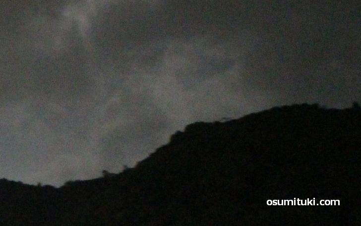 夜、山の上が異常なくらい光る山が京都にある