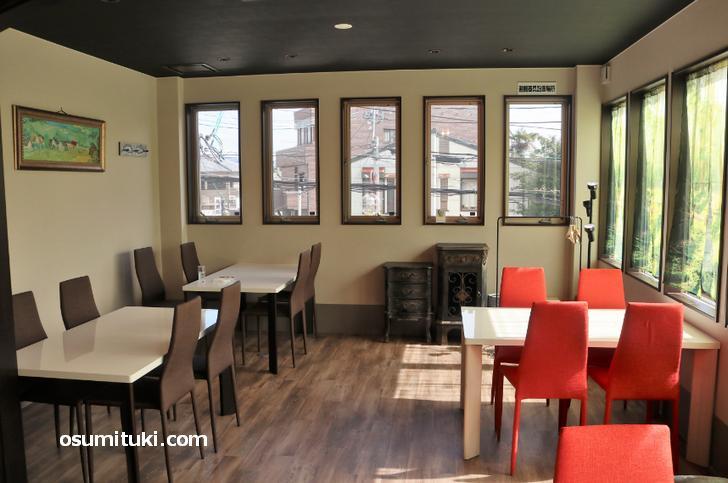 二階はテーブル席があるレストランになっています