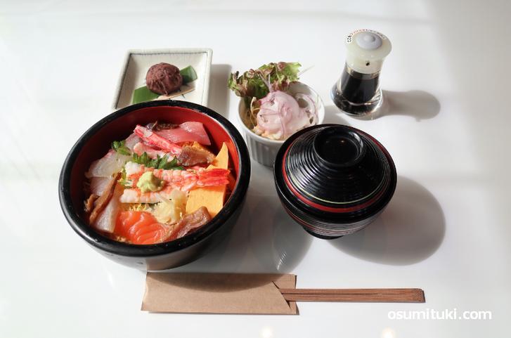 お店は洋食レストランみたいな感じですが、メニューは寿司・お造りとか和風です