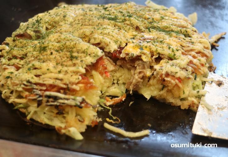 京都の「べた焼き」は小麦粉の生地を薄く焼いて具材を重ねて焼く