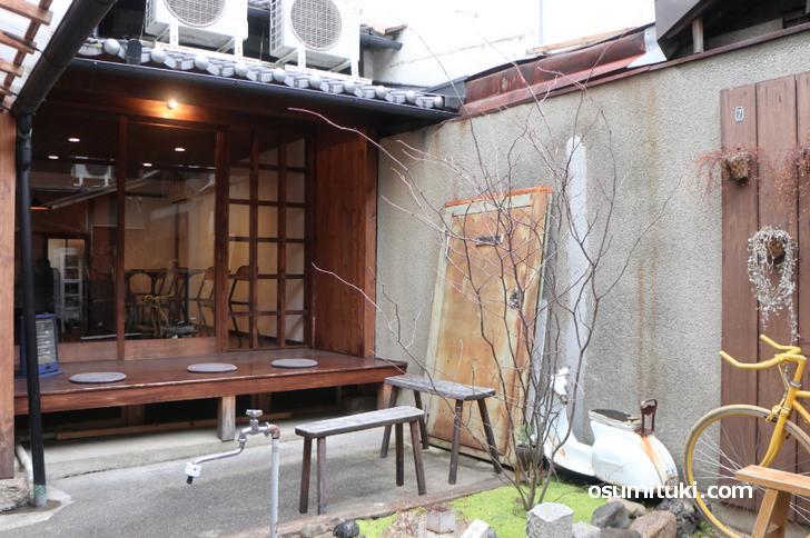 京町家なので奥に細長く、坪庭があります
