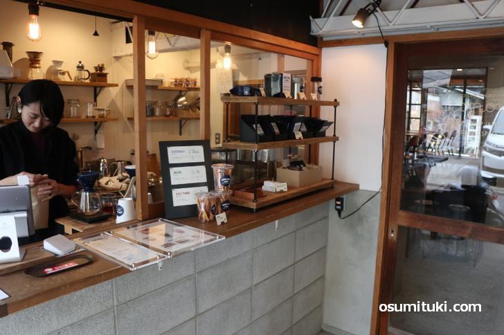 カフェは入口で購入できます