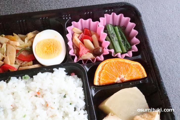 おひたし、かぶらと厚揚煮 など京都らしいおかずも入っています
