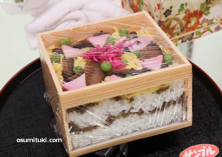 サバのおぼろに青紫蘇を練りこみ炊き込んだものを酢飯に敷き詰めた「ちらし寿司」