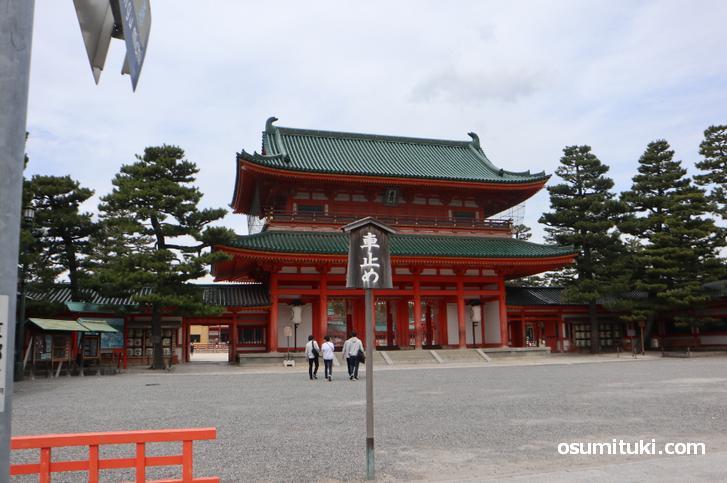 京都の平安神宮、観光客はまばらです(2020年3月13日撮影)