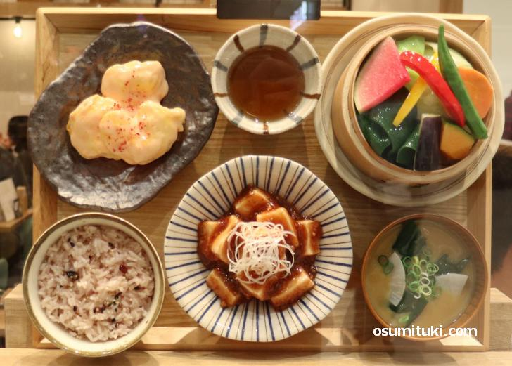 花椒香る四川風麻婆豆腐と海老マヨチリ膳(税込990円)