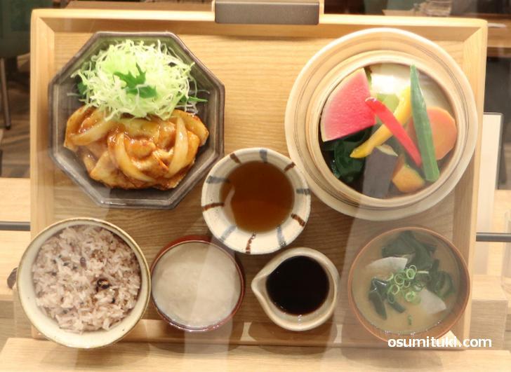 十六穀米と豚の生姜焼き膳(税込990円)