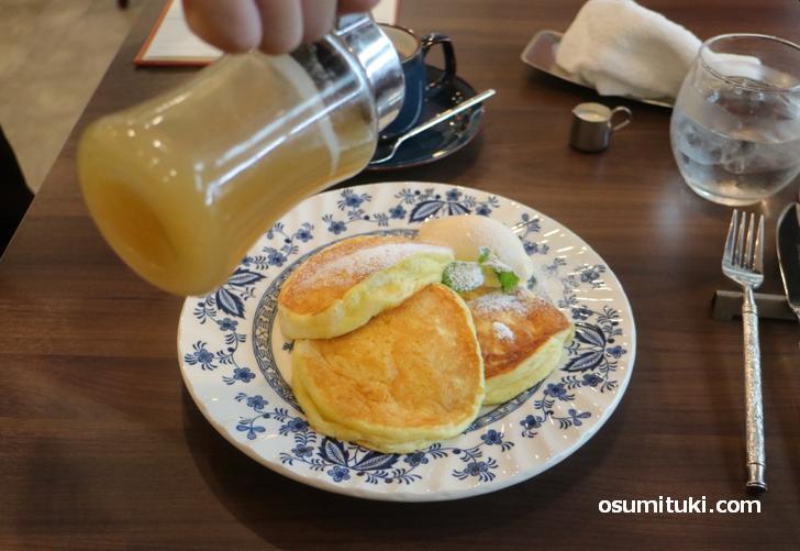 パンケーキは京都・西山産のニホンミツバツからとれた蜂蜜を使っています