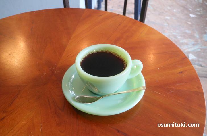 アメリカのファイヤーキングというアンティークカップで飲むコーヒー