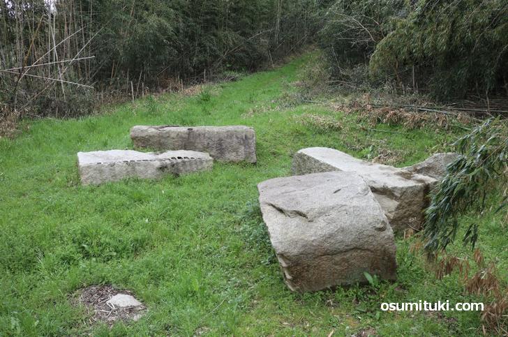 石は大野山から切り出して数千個が大阪に運ばれました