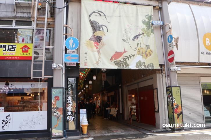 京都の錦市場には伊藤若沖の絵がたくさん描かれています
