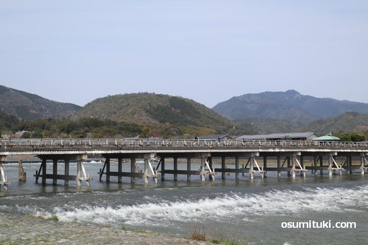 本来なら通行制限すらある渡月橋も人がまばらです