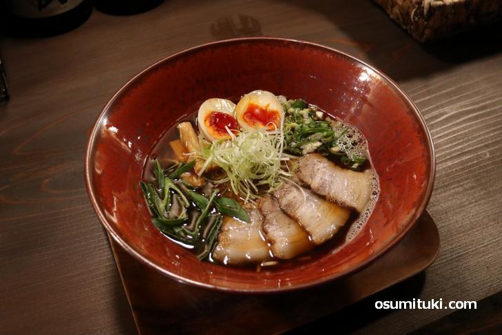 魚介の風味に甘辛いカエシのラーメン(750円)