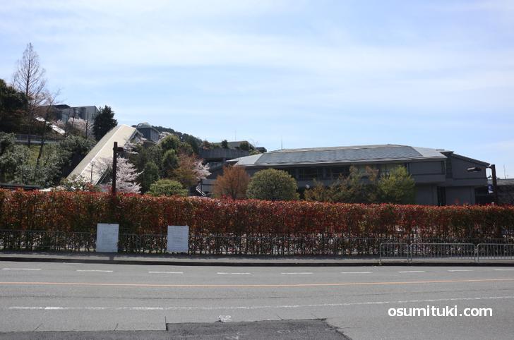 新型コロナウイルス罹患学生が在学していた京都産業大学(学生の姿はありません)