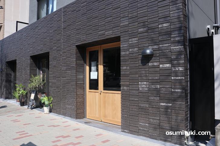 場所は京都大学医学部附属病院のお向かい、東山通沿い
