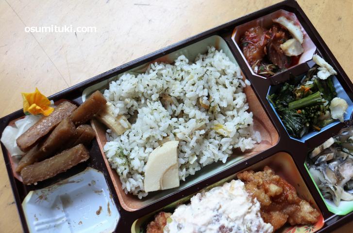 季節の炊き込みご飯に肉・魚(海鮮)・野菜と盛りだくさんの弁当です