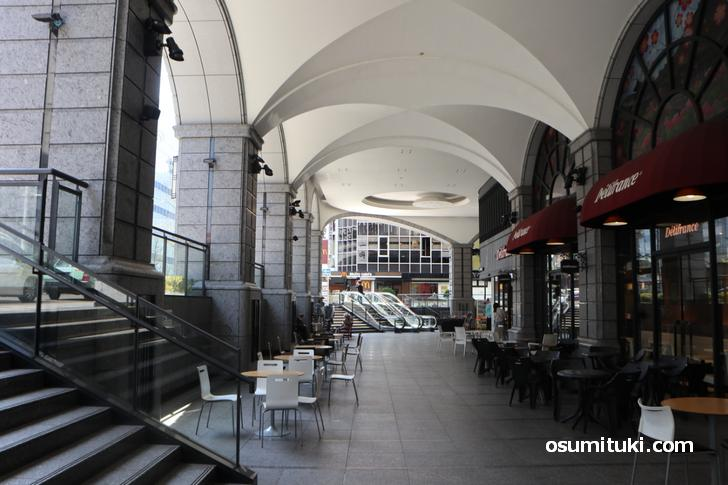 JR京都駅前「ヨドバシカメラ」一階、人はまばらでほとんどいません(2020年4月9日撮影)