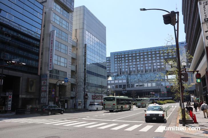 JR京都駅前、地元の京都市北区より車通りが少ない