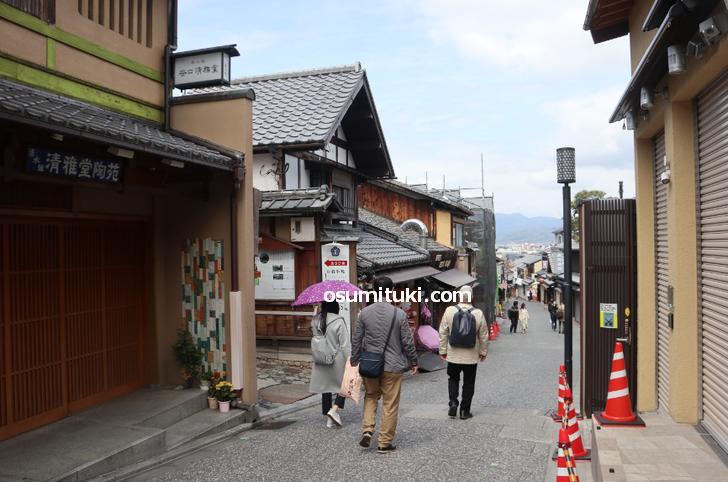 清水寺の近いところで数名の観光客がいました