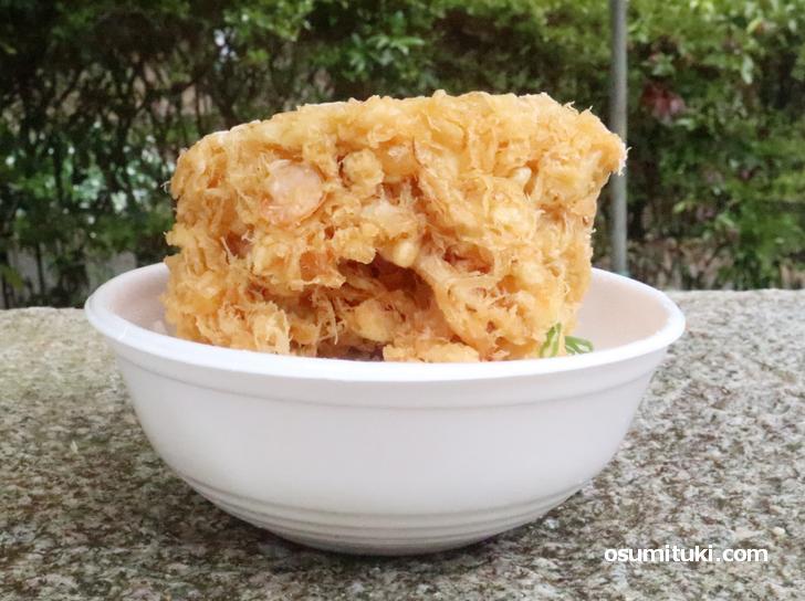 海鮮と野菜がたっぷり入った厚み10cmの巨大かき揚げ丼