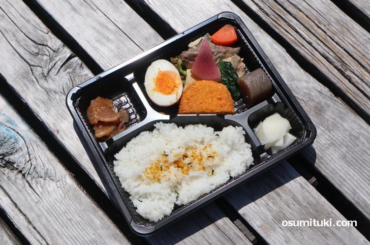 野菜にフライ、漬物に惣菜で300円(税込み)これなら家計の負担は少ないです
