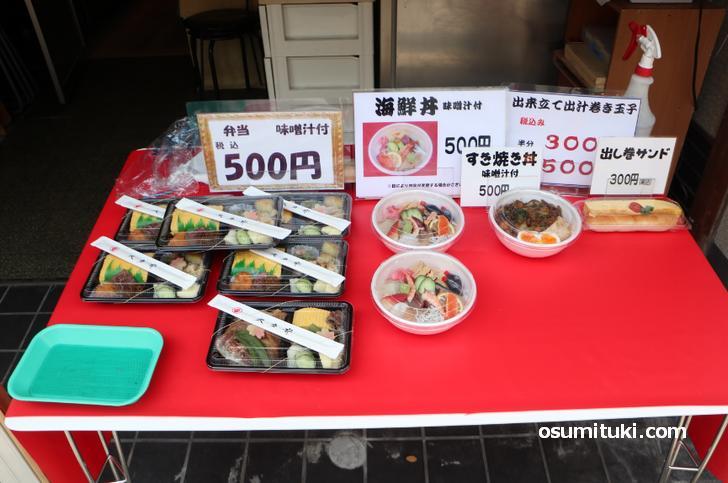 海鮮丼もすき焼き丼も味噌汁付きで500円