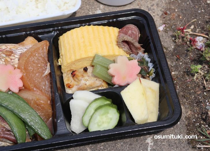 出汁巻き、牛肉、鶏肉、お惣菜、漬物、果物まで入っています
