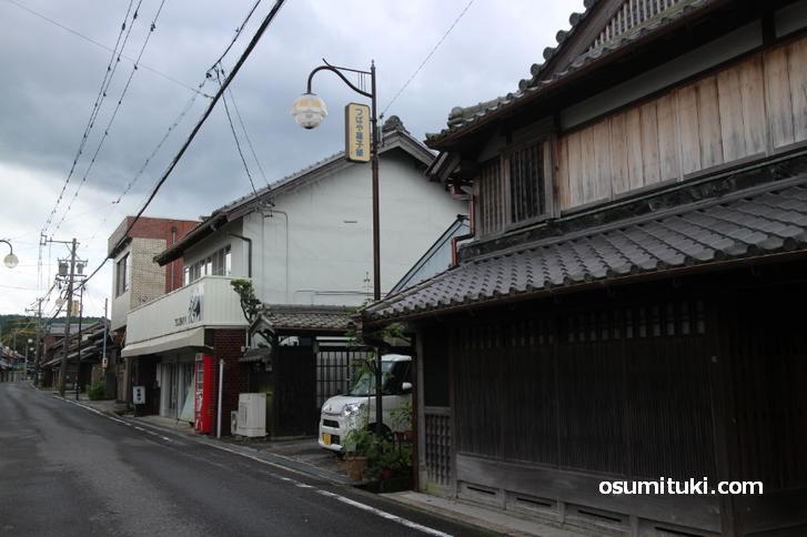 漆喰塗籠の虫籠窓や格子をしつらえた伝統的な町家が軒を連ねる「平田宿」