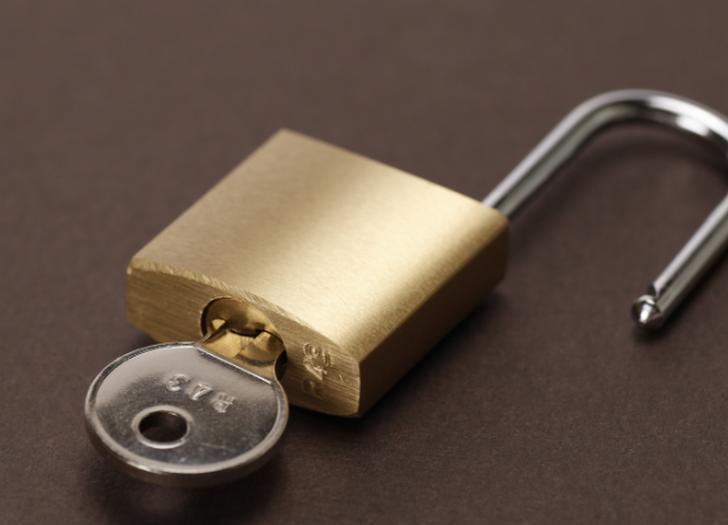 ポストの鍵用穴は細いものですがダイソーの鍵なら通ります