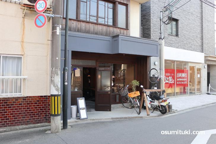 つなぐ食堂、叡電の出町柳駅前から東へ入ったところです