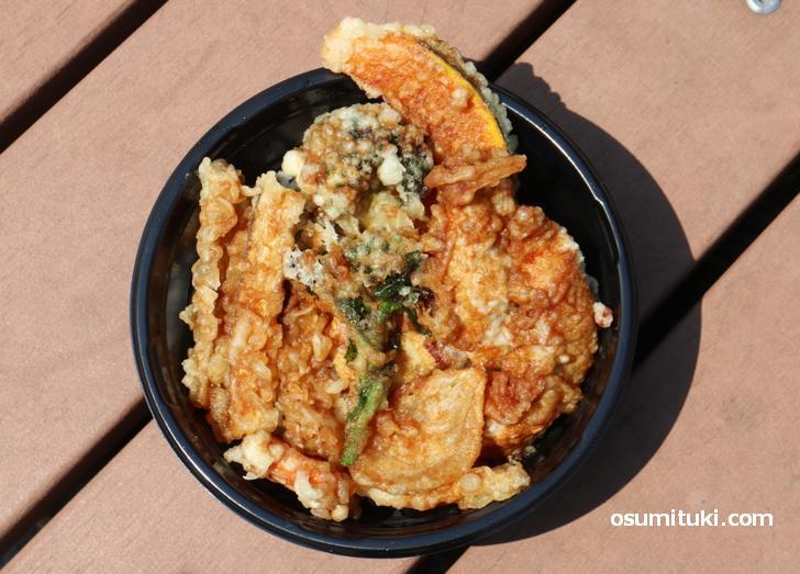 野菜天や鶏天たっぷり「晴れの日、天丼。」(山元麺蔵)