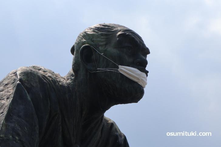高山彦九郎 皇居望拝之像 通称「土下座像」がマスクをしている件