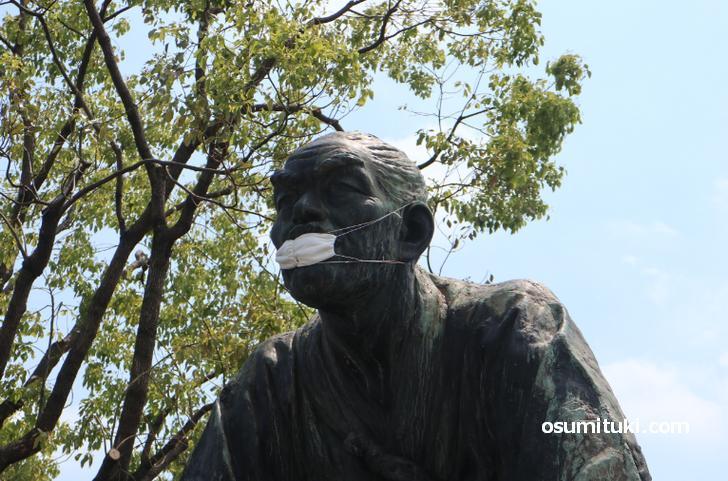 誰だよ!高山彦九郎の銅像にマスク付けた奴!