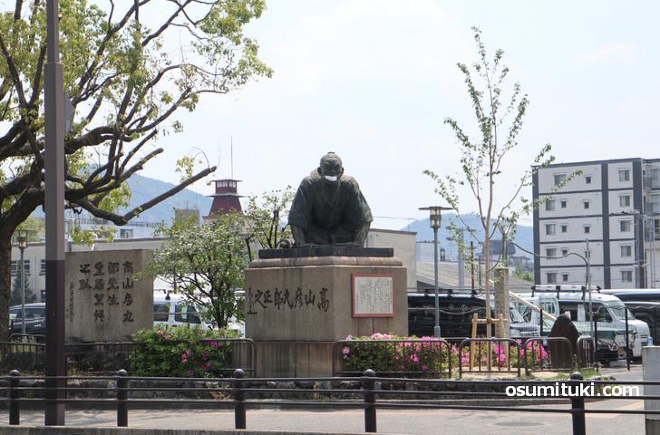 京都・三条にある土下座像「高山彦九郎 皇居望拝之像」になにやら違和感が!