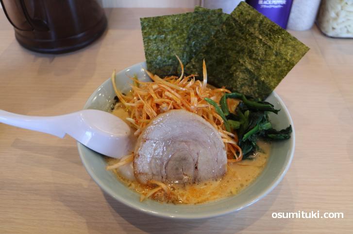 魂心家 京都醍醐店の家系ラーメン、味は担々麺ソックリです