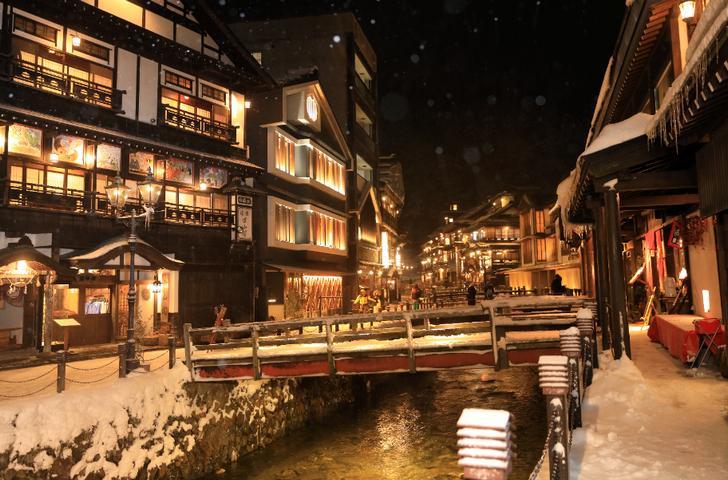 大正末期から昭和初期に建てられた木造の洋風建築(銀山温泉)