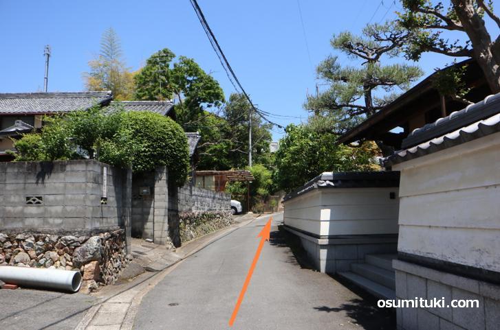 住宅地の細い道を進む